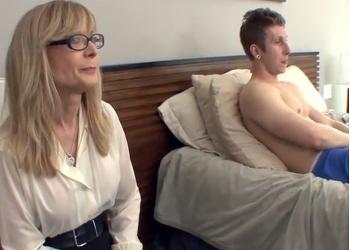 se asusta madre cuando su hijo le pide follar - Videos